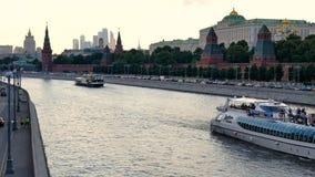 MOSKVA RYSSLAND, JUNI 23, 2016: Sikt av Kreml från den stora Moskvaflodbron, på Kremlinvallningen stock video