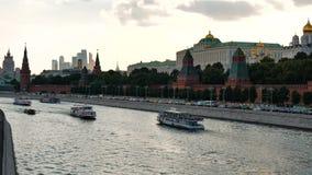 MOSKVA RYSSLAND, JUNI 23, 2016: Sikt av Kreml från den stora Moskvaflodbron, på Kremlinvallningen arkivfilmer