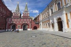 MOSKVA RYSSLAND - JUNI 03: Sikt på den Voskresenskie porten i Kreml Royaltyfri Bild