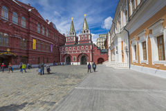 MOSKVA RYSSLAND - JUNI 03: Sikt på den Voskresenskie porten i Kreml Fotografering för Bildbyråer