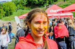 Moskva Ryssland - Juni 3, 2017: Stående av en tonårs- flicka som omges av röd färg på sommarfestivalen av färger Holi Royaltyfri Fotografi