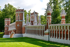 Moskva Ryssland - Juni 08 2016 Stenbron i gods av det Tsaritsyno museet Arkivfoton