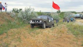 Moskva Ryssland 9 Juni: SUVs lopp på smuts Chaufför som konkurrerar i enväg 4x4 konkurrens En SUV som kör till och med gyttja Royaltyfri Bild