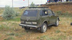 Moskva Ryssland 9 Juni: SUVs lopp på smuts Chaufför som konkurrerar i enväg 4x4 konkurrens En SUV som kör till och med gyttja Arkivbild