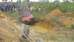 Moskva Ryssland 9 Juni: SUVs lopp på smuts Chaufför som konkurrerar i enväg 4x4 konkurrens En SUV som kör till och med gyttja Arkivfoto