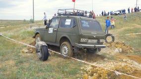Moskva Ryssland 9 Juni: SUVs lopp på smuts Chaufför som konkurrerar i enväg 4x4 konkurrens En SUV som kör till och med gyttja Royaltyfri Fotografi