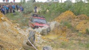 Moskva Ryssland 9 Juni: SUVs lopp på smuts Chaufför som konkurrerar i enväg 4x4 konkurrens En SUV som kör till och med gyttja Royaltyfri Foto