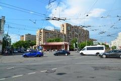 Moskva Ryssland - Juni 03 2016 Transport på tvärgator framme av gångtunnelen Krasnoselskaya Fotografering för Bildbyråer