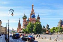 Moskva Ryssland - Juni 03, 2018: Turister går nära domkyrka för St-basilika` s på röd fyrkant på en solig sommarmorgon Fotografering för Bildbyråer
