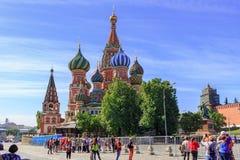 Moskva Ryssland - Juni 03, 2018: Turister tar ett foto av domkyrkan för St-basilika` s på röd fyrkant i Moskva Royaltyfri Foto