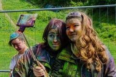 Moskva Ryssland - Juni 3, 2017: Två som befläckas med tonårs- flickor för målarfärger, gör selfie efter Holi festivaluttryck Royaltyfria Bilder