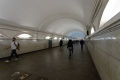 Moskva Ryssland kan 25, 2019 ?verg?ng fr?n Paveletskaya tunnelbanastation till tunnelbanastationen p? cirkellinjen, folk rusar f? royaltyfri fotografi