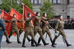 Moskva Ryssland - kan 09, 2008: beröm av Victory Day WWII ståtar på röd fyrkant Högtidlig passage av militär utrustning som flyge Arkivbild