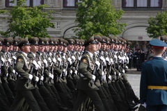 Moskva Ryssland - kan 09, 2008: beröm av Victory Day WWII ståtar på röd fyrkant Högtidlig passage av militär utrustning som flyge Royaltyfri Fotografi