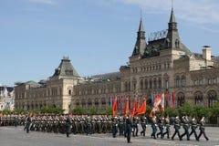 Moskva Ryssland - kan 09, 2008: beröm av Victory Day WWII ståtar på röd fyrkant Högtidlig passage av militär utrustning som flyge Arkivfoto