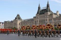 Moskva Ryssland - kan 09, 2008: beröm av Victory Day WWII ståtar på röd fyrkant Högtidlig passage av militär utrustning som flyge Arkivbilder