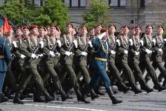 Moskva Ryssland - kan 09, 2008: beröm av Victory Day WWII ståtar på röd fyrkant Högtidlig passage av militär utrustning som flyge Royaltyfria Bilder