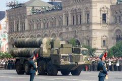 Moskva Ryssland - kan 09, 2008: beröm av Victory Day WWII ståtar på röd fyrkant Högtidlig passage av militär utrustning som flyge Royaltyfri Bild