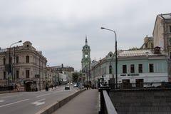 Moskva Ryssland kan 25, 2019: den ?ldsta Moskvagatan Pyatnitskaya, sikt fr?n den j?rn- bron till huset av Smirnov, royaltyfria foton