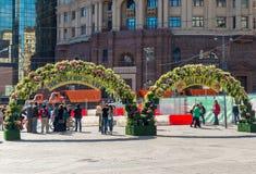 Moskva Ryssland - kan 14 2016 Den dekorerade Kamergersky gränden välva sig med blommor - Moskva för vårfestival Royaltyfri Foto