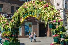 Moskva Ryssland - kan 14 2016 Den dekorerade Kamergersky gränden välva sig med blommor - Moskva för vårfestival Royaltyfria Bilder