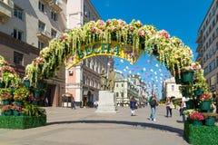 Moskva Ryssland - kan 14 2016 Den dekorerade Kamergersky gränden välva sig med blommor - Moskva för vårfestival Arkivbilder