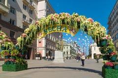 Moskva Ryssland - kan 14 2016 Den dekorerade Kamergersky gränden välva sig med blommor - Moskva för vårfestival Arkivbild