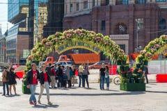Moskva Ryssland - kan 14 2016 Den dekorerade Kamergersky gränden välva sig med blommor - Moskva för vårfestival Royaltyfri Bild