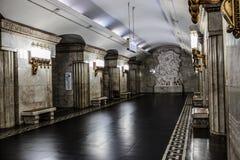 Moskva Ryssland 26 kan den Smolenskaya tunnelbanastationen 2019 lokaliseras i hjärtan av staden nära den populära turist- gatan f arkivfoto