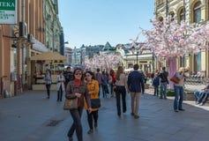 Moskva Ryssland - kan 14 2016 Garnering av Kuznetsky mest gata för ferie - Moskvavår Arkivbilder