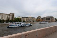Moskva Ryssland kan 25, 2019, invallningen av Moskvafloden med h?rliga byggnader, turister p? n?jefartyg beundra arkivbild