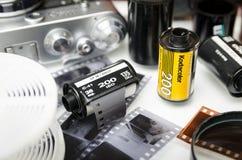 Moskva Ryssland - kan 21, 2019: Kodak film, filmkamera och n?rbild f?r framkallad film fotografering för bildbyråer