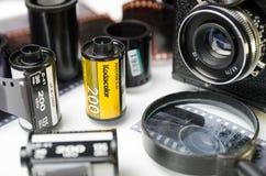 Moskva Ryssland - kan 21, 2019: Kodak film, filmkamera och n?rbild f?r framkallad film royaltyfri bild