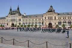 Moskva Ryssland, kan 26, 2007 Rysk plats: skilja sig från hästvakter i MoskvaKreml på den röda fyrkanten Arkivfoton