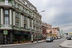 Moskva Ryssland kan 25, 2019 sikt av den Baltschug gatan, forntida arkitektur av hus royaltyfri foto