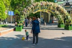 Moskva Ryssland - kan 14 2016 Smycka blom- bågar på gator för festivalen - Moskvavår Royaltyfri Bild