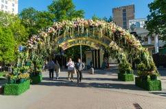 Moskva Ryssland - kan 14 2016 Smycka blom- bågar på gator för festivalen - Moskvavår Arkivfoton