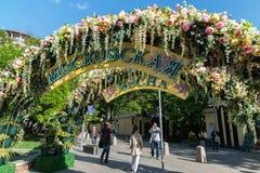 Moskva Ryssland - kan 14 2016 Smycka blom- bågar på gator för festivalen - Moskvavår Royaltyfria Bilder