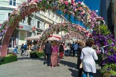Moskva Ryssland - kan 14 2016 Smycka blom- bågegator för festivalen - Moskvavår Royaltyfria Foton