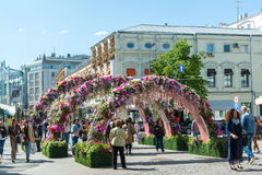 Moskva Ryssland - kan 14 2016 Smycka blom- bågegator för festivalen - Moskvavår Royaltyfri Bild