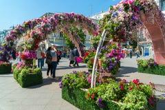 Moskva Ryssland - kan 14 2016 Smycka blom- bågegator för festivalen - Moskvavår Arkivfoton