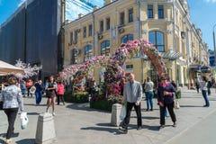 Moskva Ryssland - kan 14 2016 Smycka blom- bågegator för festivalen - Moskvavår Arkivfoto