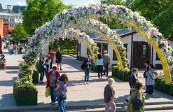 Moskva Ryssland - kan 14 2016 Teaterfyrkanten dekoreras med bågar med blommor - Moskva för vårfestival Arkivfoton