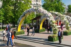Moskva Ryssland - kan 14 2016 Teaterfyrkanten dekoreras med bågar med blommor - Moskva för vårfestival Royaltyfri Foto