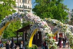 Moskva Ryssland - kan 14 2016 Teaterfyrkanten dekoreras med bågar med blommor - Moskva för vårfestival Arkivbilder