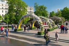 Moskva Ryssland - kan 14 2016 Teaterfyrkanten dekoreras med bågar med blommor - Moskva för vårfestival Royaltyfria Bilder