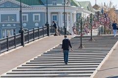 MOSKVA RYSSLAND - 21 09 2015 Luzhkov gångare Arkivbilder