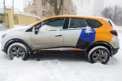 Moskva Ryssland - Maj 08, 2019: Övergång av ett av företagen som ger service för dela för bil Bil av Yandex drev som carshering royaltyfri bild