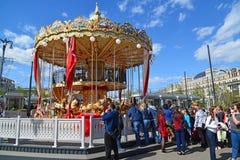 Moskva Ryssland - Maj 06 2017 Barns karusell i revolutionfyrkant Royaltyfri Foto