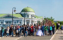 Moskva Ryssland - Maj 14 2016 Bröllopceremoni på den Luzhkov bron till och med vattenkanalen Royaltyfria Bilder